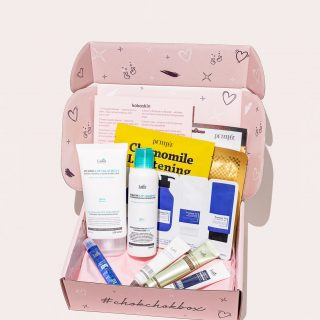 April Chok Chok Box is out for delivery 🚚   The box's theme is 'SPA at Home' - to make you feel special 💞  What inside: @lador_kr - keratin shampoo @lador_kr - keratin treatment @lador_kr - perfect fill-up hair Ampoule  @lador_kr - keratin power glue hair Ampoule  @lador_kr - snail sleeping hair Ampoule  @lador_kr - scalp SPA hair Ampoule  @petitfee_korea - chamomille hydrogel mask @petitfee_korea - gold and snail hydrogel mask  @petitfee_korea - hand mask pack @pyunkangyul - ATO line sample pouch  Lador is the best korean hair care brand. Peritfee is famous for its hydrogel masks and Eye patches.  Pyunkang Yul is cosmeceutics pure and natural ingredients brand for sensitive skin types.  Do you like April Box?   Wish to get own in May? Order latest May 1. to get yours in May between 23-26.5.   You can order as many boxes as you wish not the only one! Good present for graduates!  #kokoskinfi #korealainenkosmetiikka #koreanskhudvård #koreanskhudpleje #koreanskhudpleie #koreanischekosmetik #kbeautybox #subscriptionboxes #letskbeauty #kauneusboxi #kkosmetiikka #koreanskapielegnacja #hudvårdbox #youdeservethis #chokchokbox #chokchokboxofficial